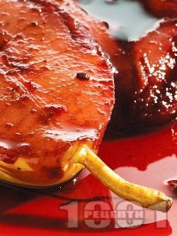 Десерт от задушени круши в бяло вино, червено цвекло и канела - снимка на рецептата